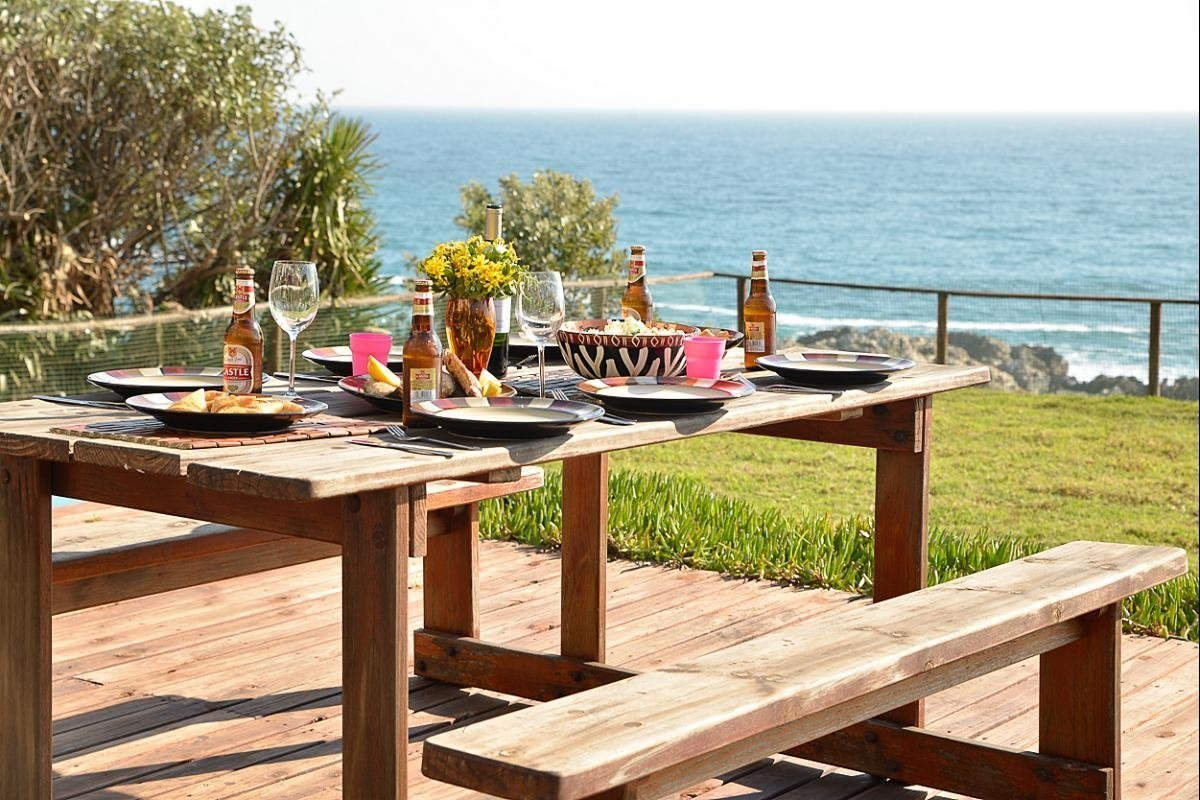 la-luna-guesthouse-picnic-table