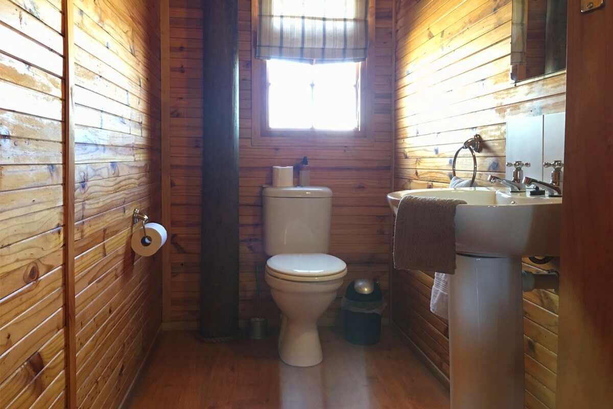 vindoux-tree-lodge-main-toilet